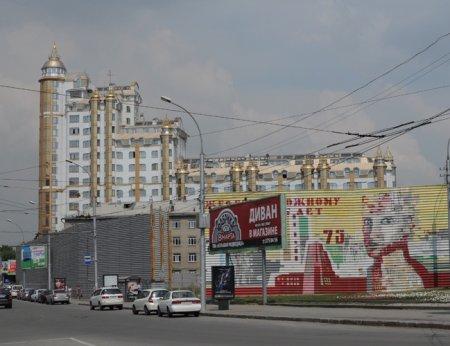 Что построят на площади Кондратюка – небоскреб или сквер?