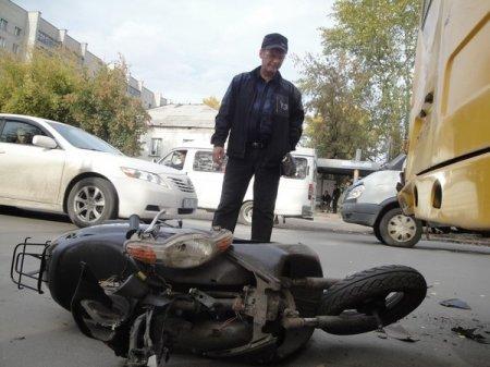 В Бердске юные скутеристки протаранили маршрутку на чужом мопеде