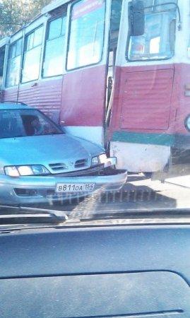Новосибирский трамвай №13 пятый раз за месяц атаковал легковушку