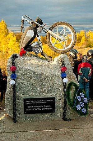 В пяти километрах от Новосибирска по м-51 установили памятник погибшим байкерам