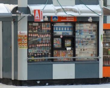 В Заельцовском районе Новосибирска пиво так и продают на остановках общественного транспорта.