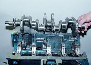 Укладка коленчатого вала в блок двигателя