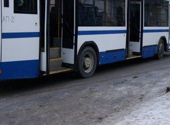 В Новосибирске дверями рейсового автобуса зажало коляску с ребенком