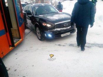 Знаменитый Новосибирский трамвай №13 столкнулся с кроссовером