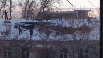 В Новосибирске под тяжестью снега провалилась крыша жилого дома