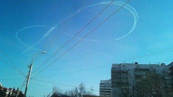 Жители Новосибирска наблюдали в небе гигантскую восьмерку, нарисованную неизвестным пилотом