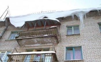 В Новосибирске на коляску с ребенком обрушилась снежная глыба