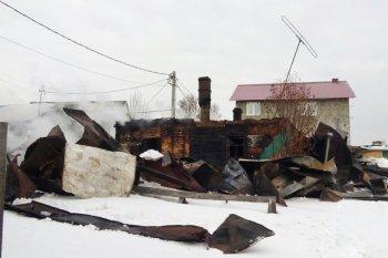 Сугробы помешали пожарным и медикам вовремя добраться к горящему дому